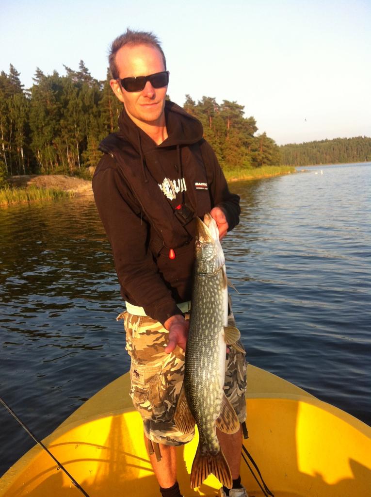 Nöjd fiskare och kanske mindre nöjd fisk