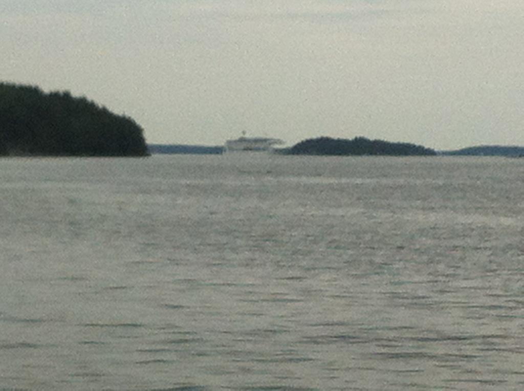Inte varje dag man delar vatten med en Finlandsfärja... eller är det en Ålandsfärja - vem vet?