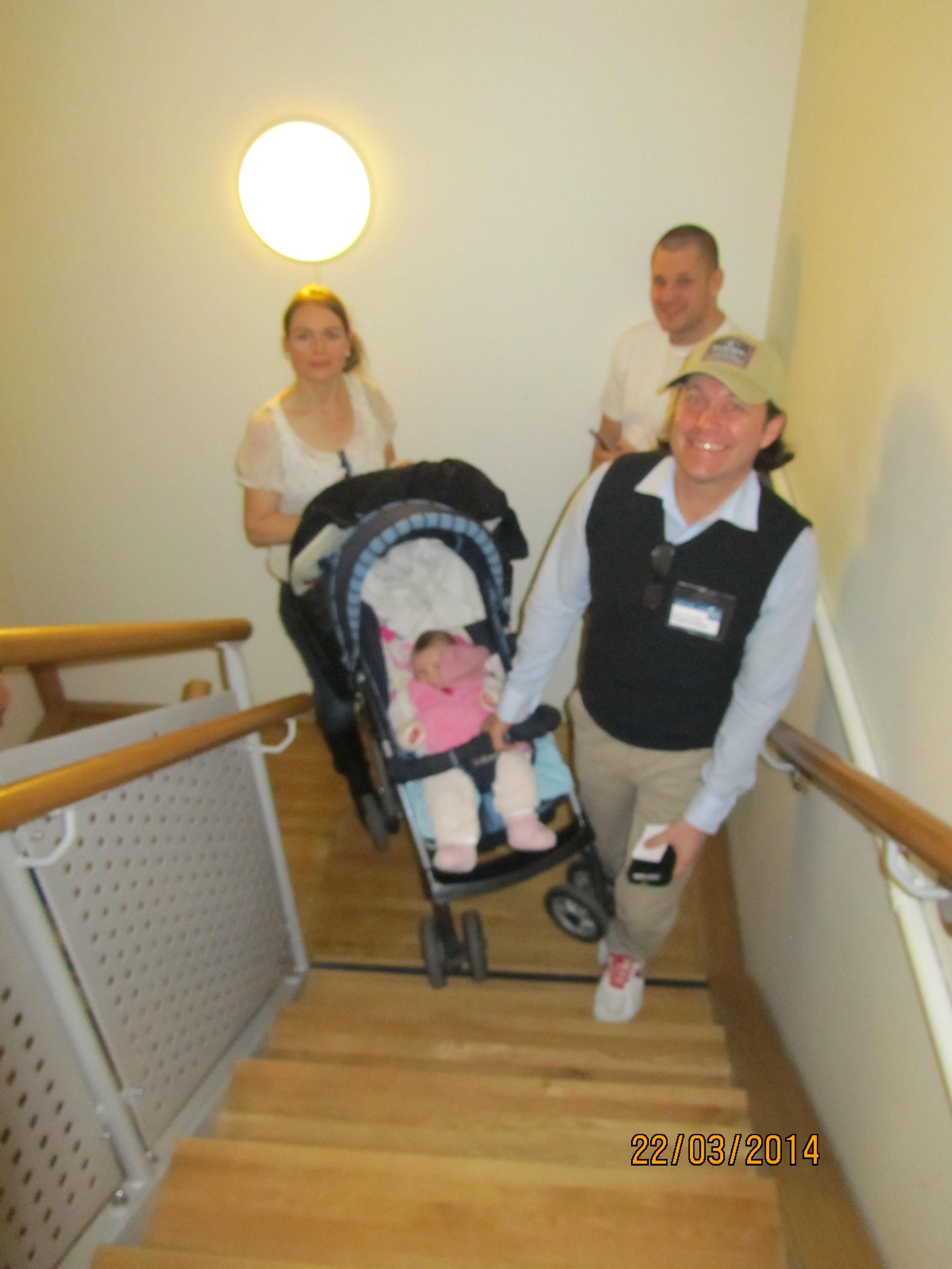 Att ge sig ut på mässan med barnvagn kräver rejält pannben. På väg upp för trappan till matsalen. Allt går om man vill - Här ligger t o m vi i lä.
