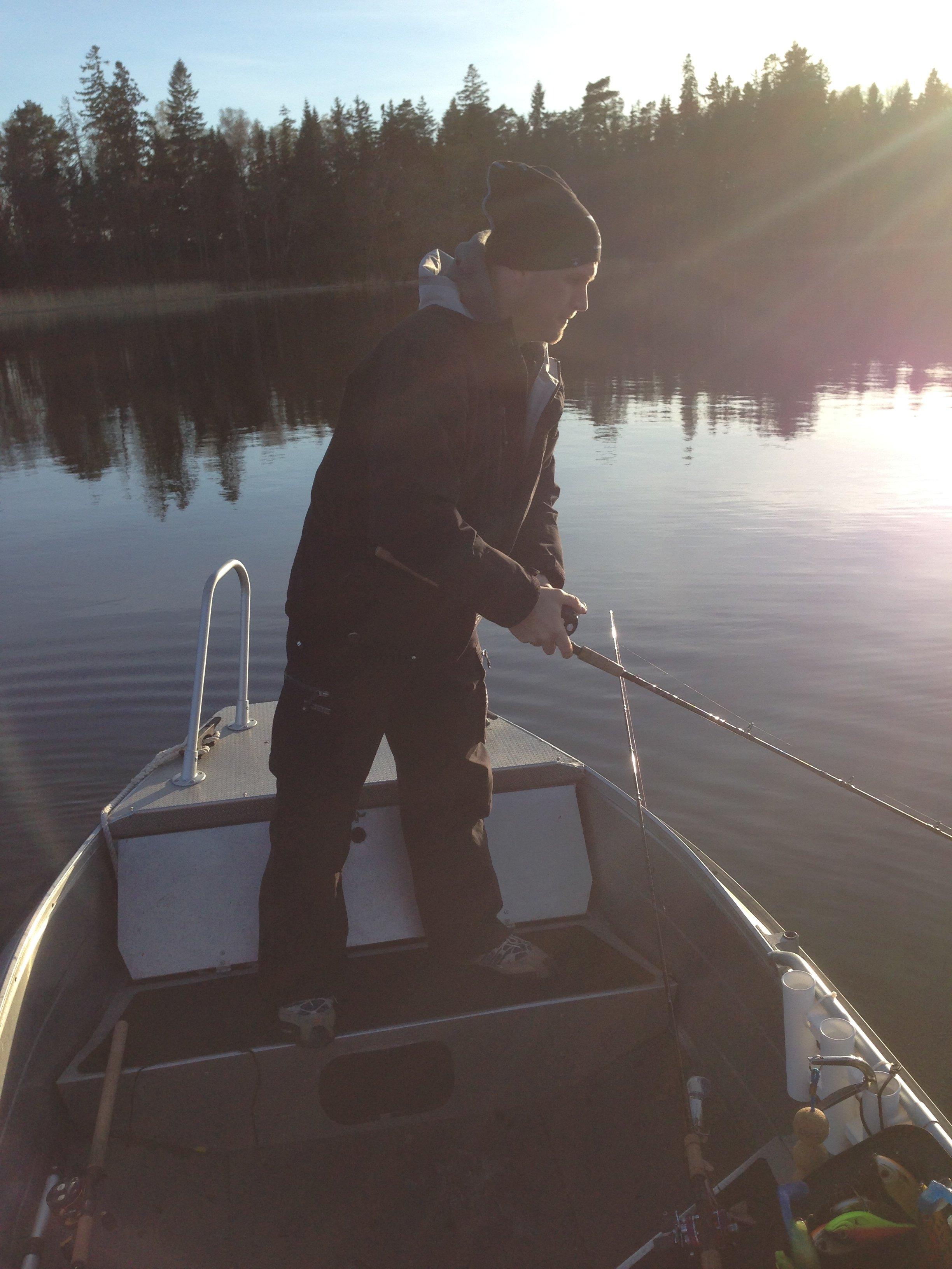 Inte helt ovanlig bild av fiske på båten före fiskeplattformen