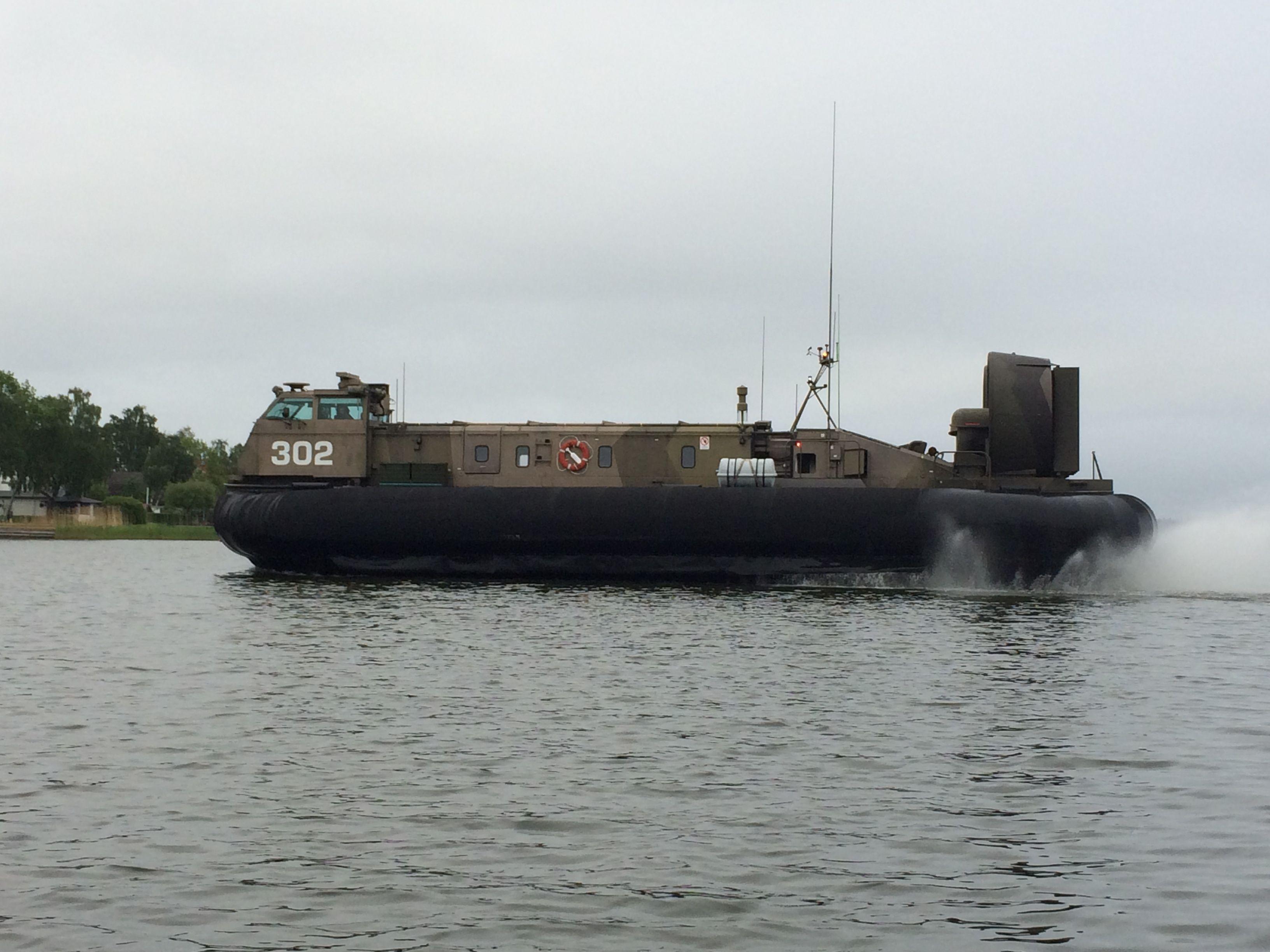 Militären hade hört att McGyver var på besök så de skickade ut en diskret spanare till Viggbyholms hamn för att kolla. Jag visste inte ens Försvaret hade tillgång till svävare...