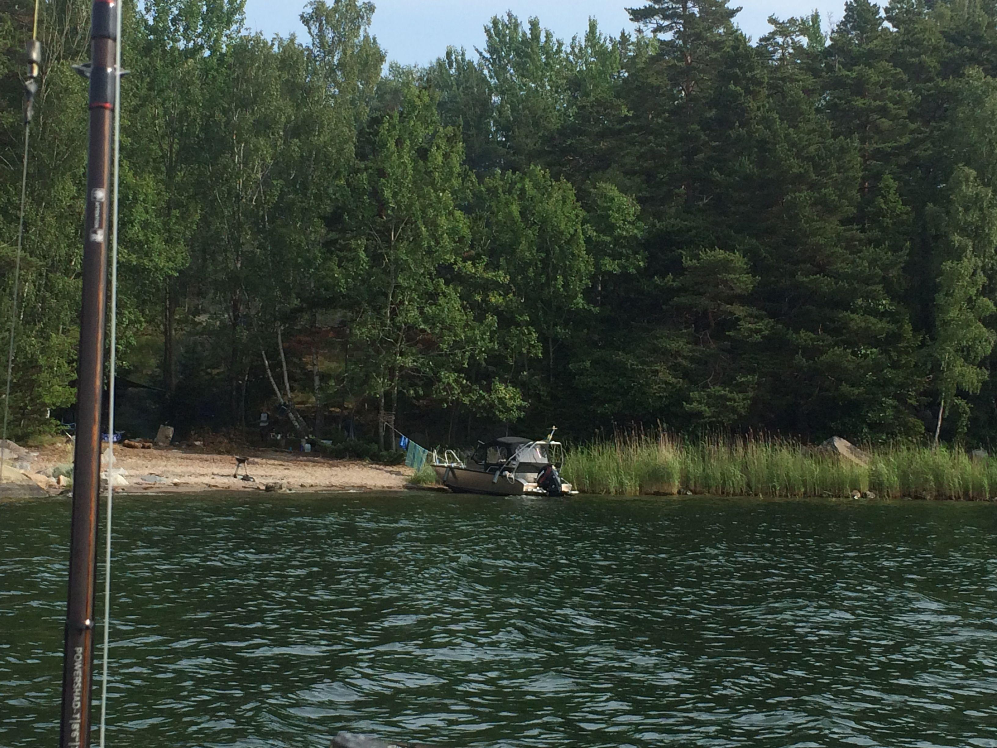 Camping Värmdö style - i en en alu-båt för ett antal 100-tusen - men de hade ett fått med ett schysst klädstreck också...