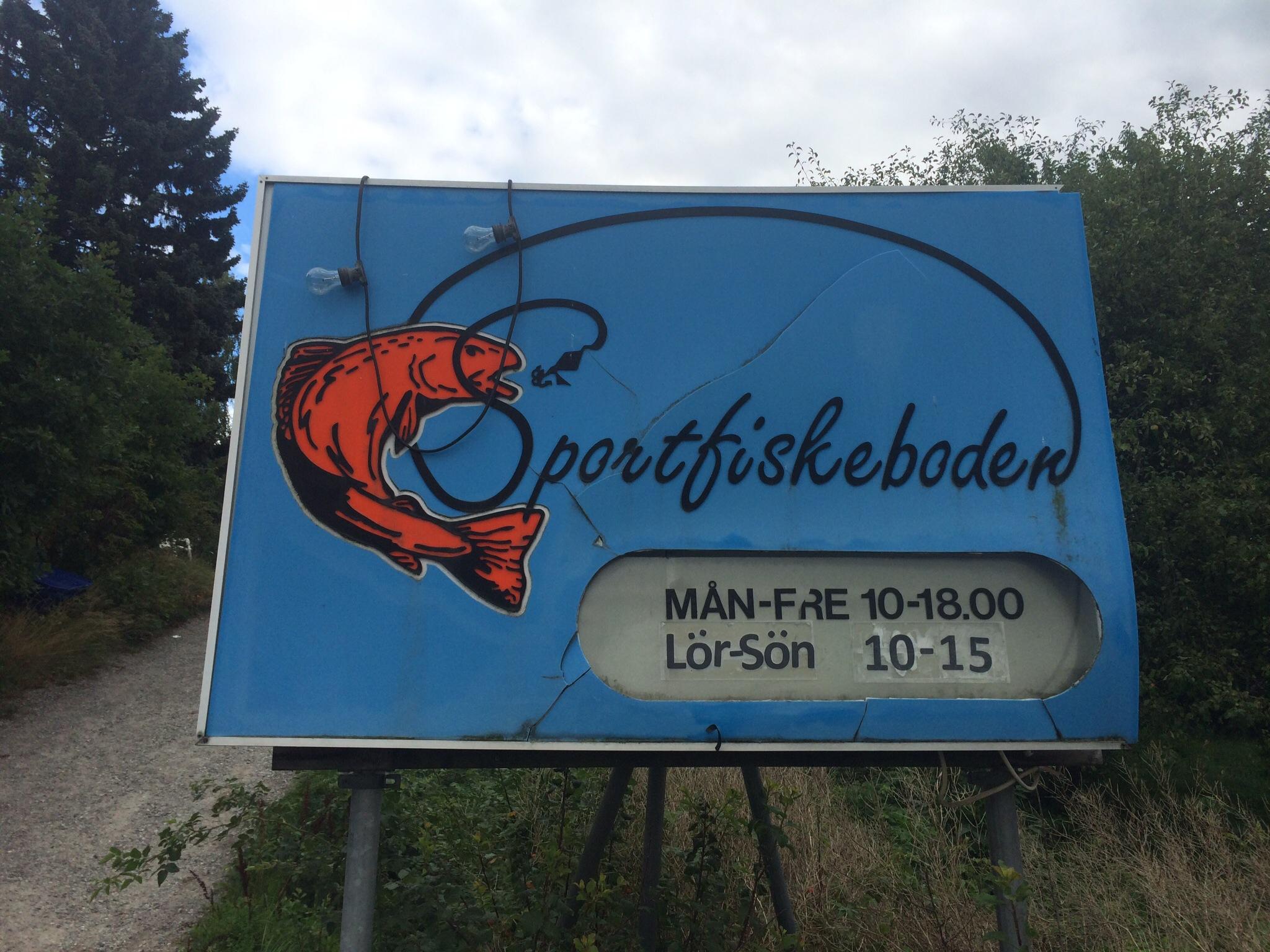 """En vanlig syn för mig. """"Hemmaplan"""" - sportfiskeboden i Täby. Home of Värtan Cup"""