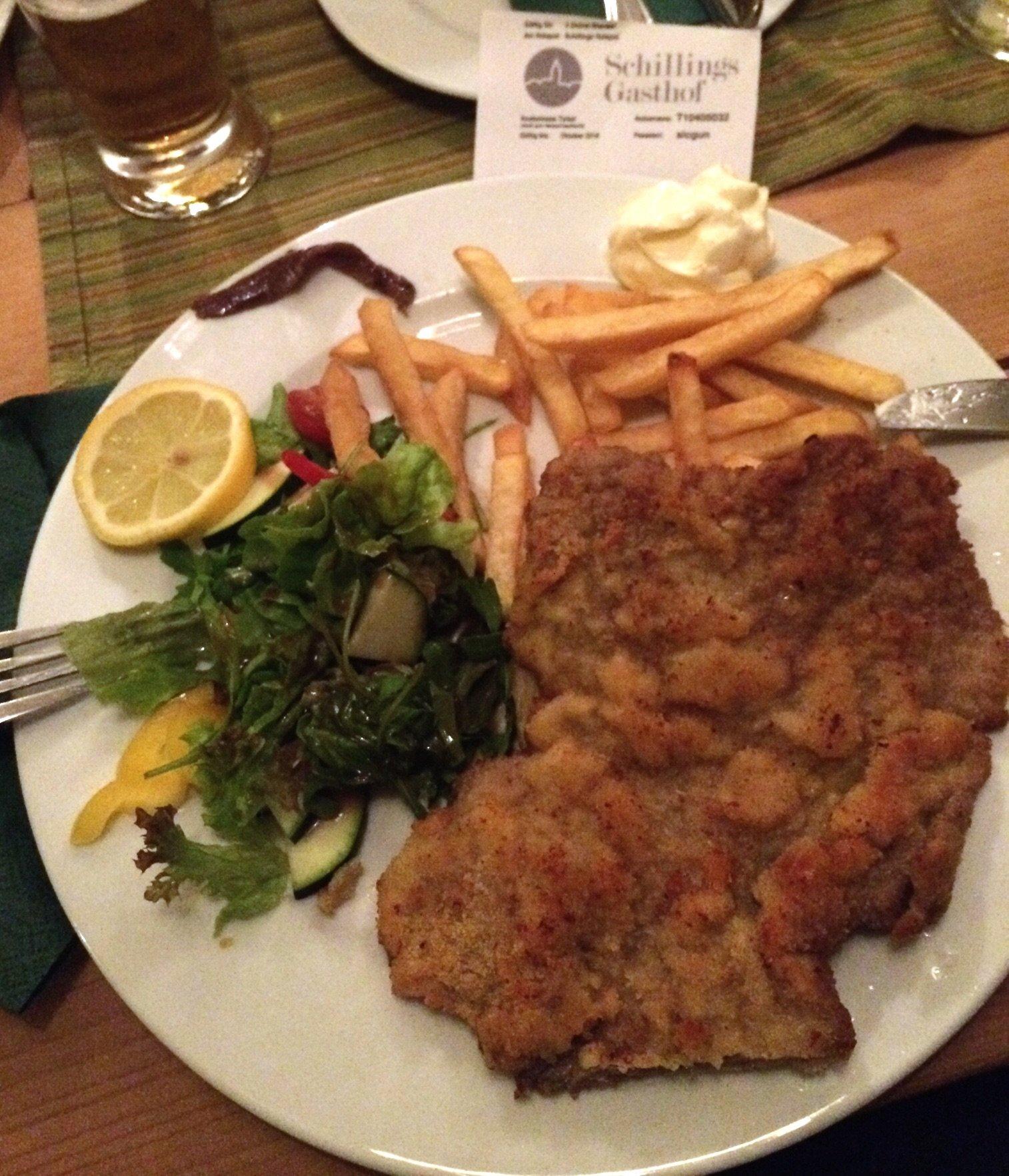 Varje kvälls meny - en schnitzel. Vällagat och fullt av energi. Väl balanserat med pommes och majonäs
