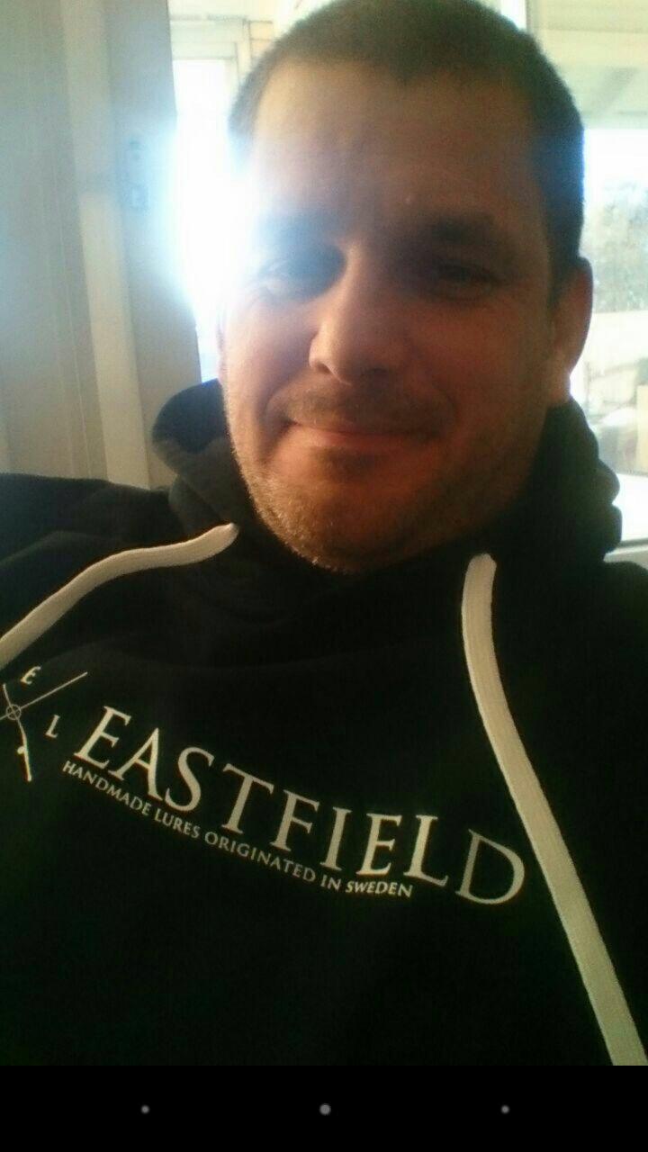 Detta är varken Mathias eller Marcus utan Tobbster som stolt poserar i en Eastfield hoodie