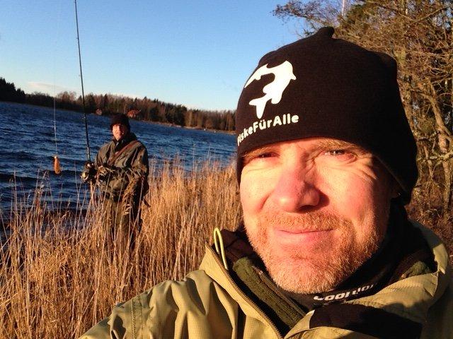 Pertan med sin Selfiepinne i bakgrunden - är man 1.94 över vattenytan så räcker en egna armar gott och väl för lite ego-bilder