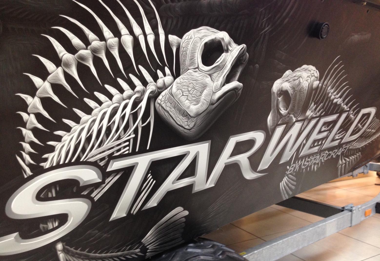 Bromans fint stripade Starweld välkomnar i  entréhallen