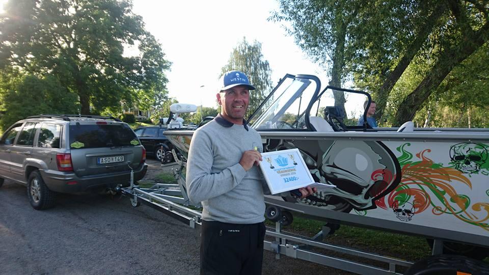 Thomas Lind från team Rappestad som drog hem både ära och över 30000 kr när han vann Stockholmsborren på en Abborre på 1210 gram Rappestad ett stort grattis till Thomas Lind